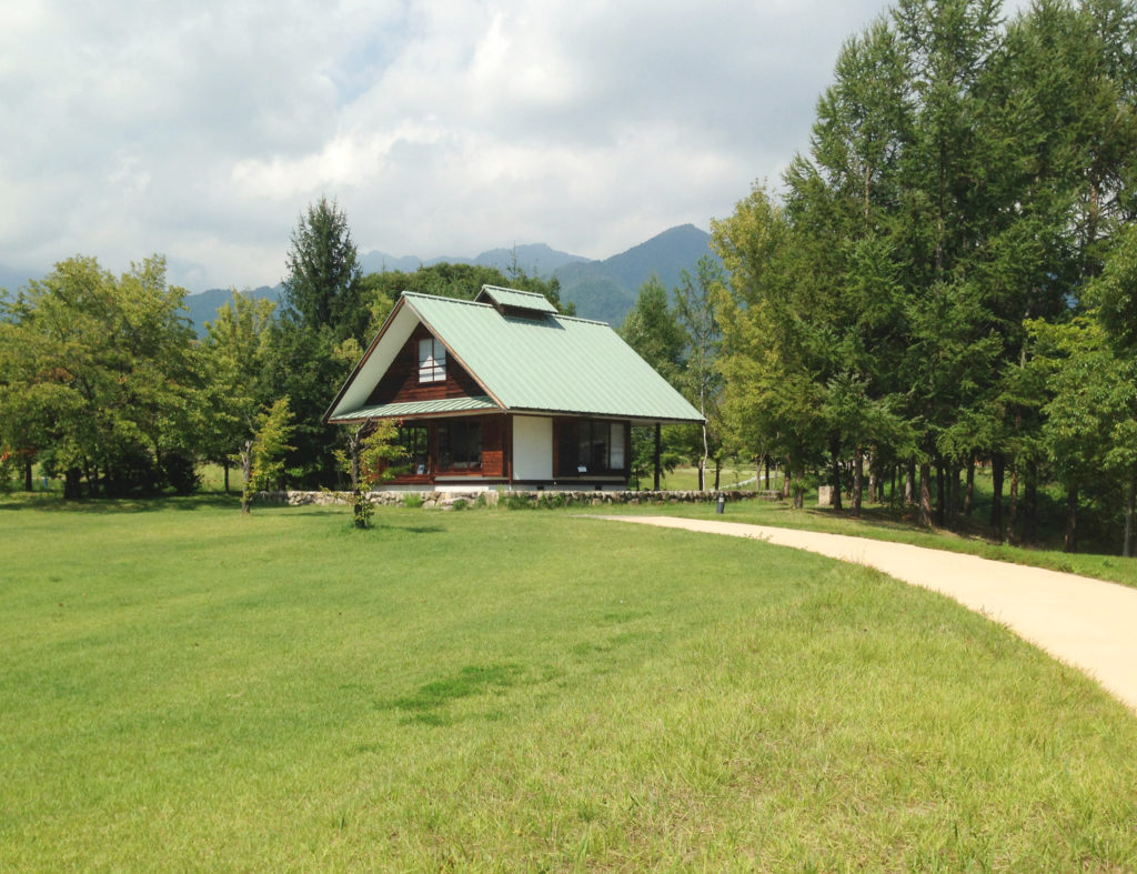 奧村まこと設計:いわさきちひろ・安曇野ちひろ公園の「ちひろの黒姫山荘」