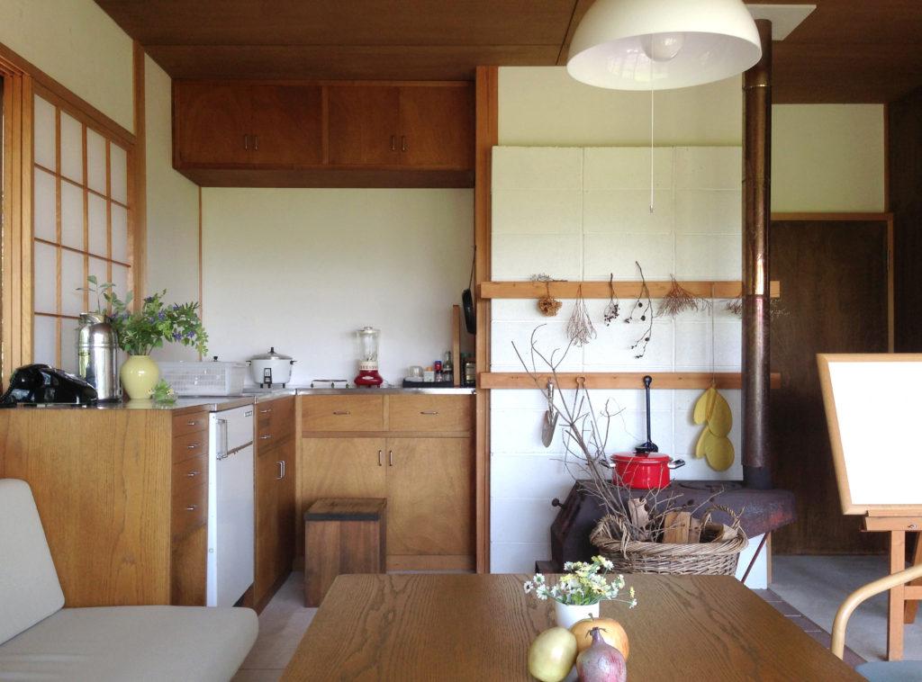奧村まこと設計:いわさきちひろの安曇野ちひろ公園内ちひろの黒姫山荘、薪ストーブとキッチン