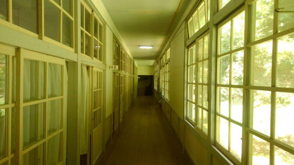 旧門谷小学校の廊下