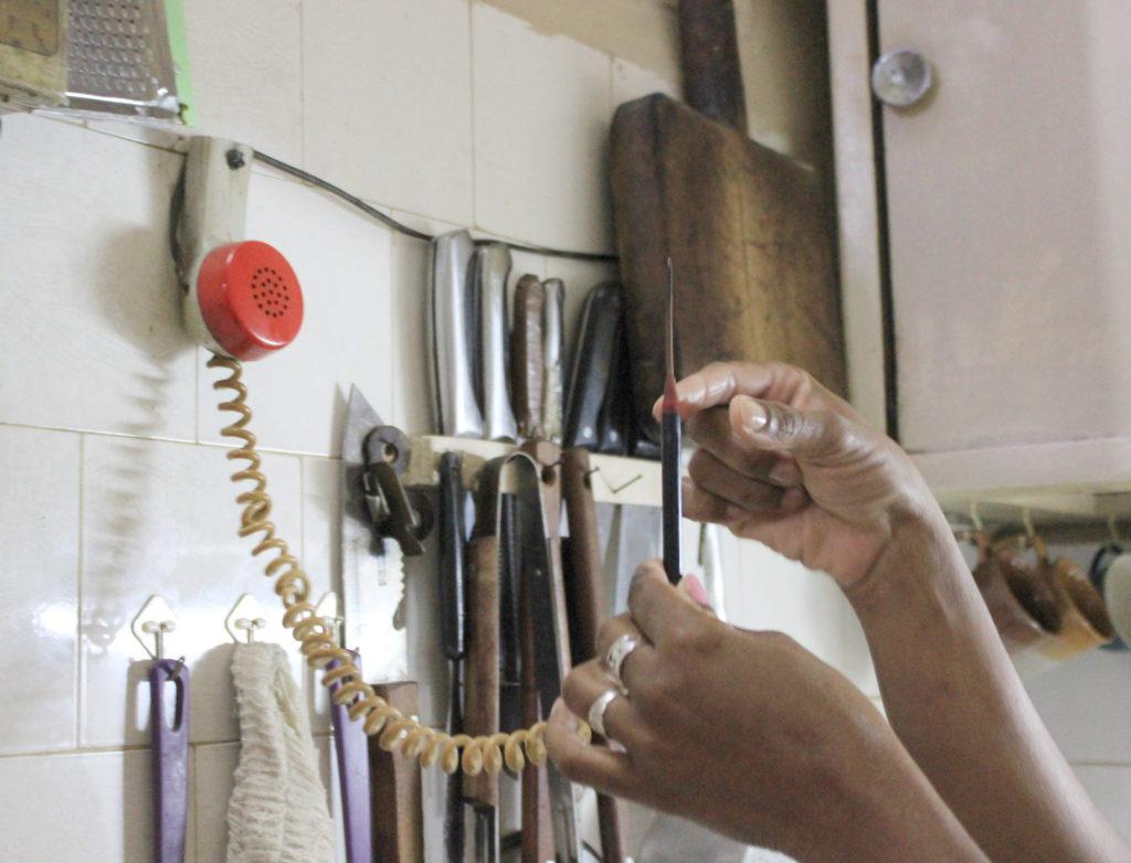 キューバの電話機を改造したコンロ着火用具