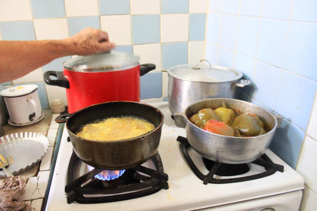 キューバの家庭料理、夕食の準備風景