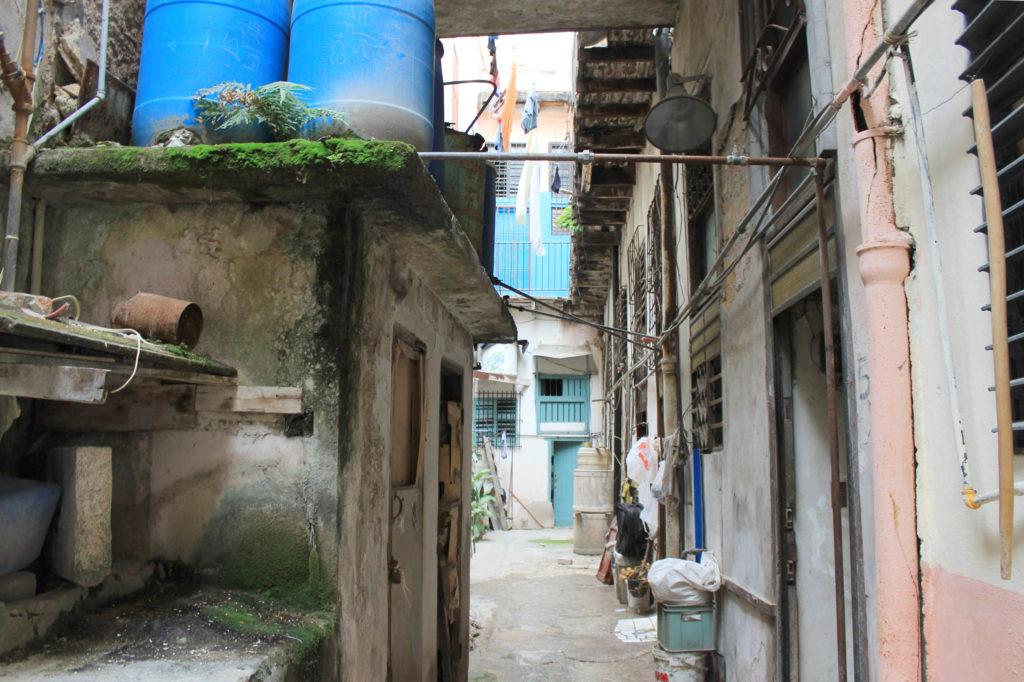 キューバの家の前のアプローチ