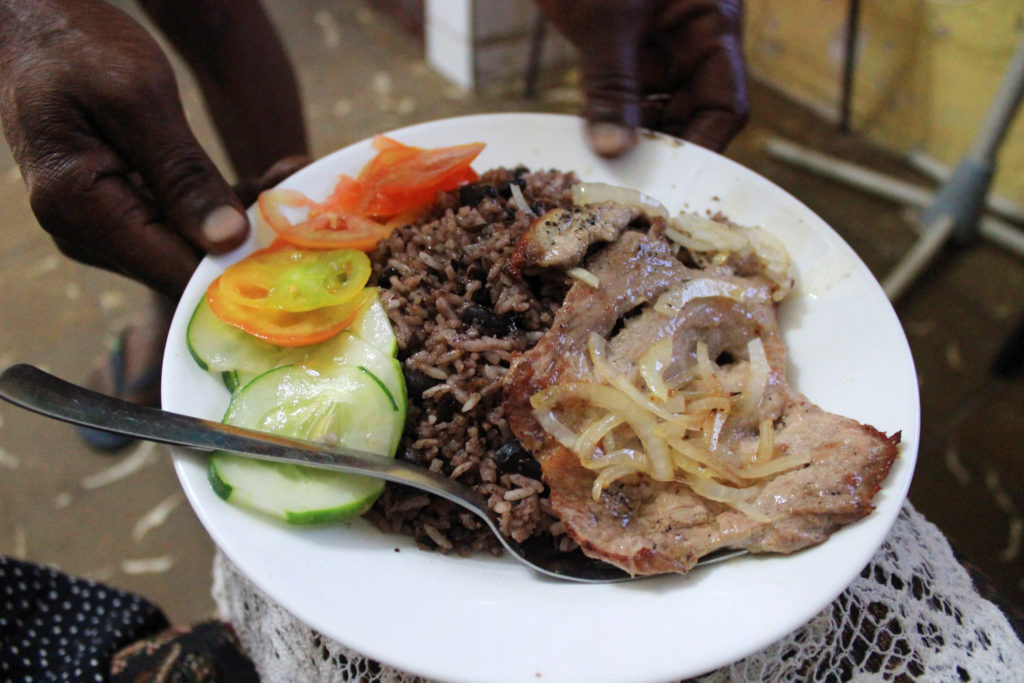 キューバの料理、・コングリ(黒豆とご飯を一緒に炊いたご飯) ・薄切り豚肉と玉ねぎのステーキ ・サラダ