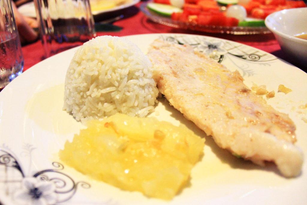 キューバの夕食のメイン。マランガ里芋に似た芋を使ったスープ ・白身魚のソテー、ユカ芋のグリル、ご飯