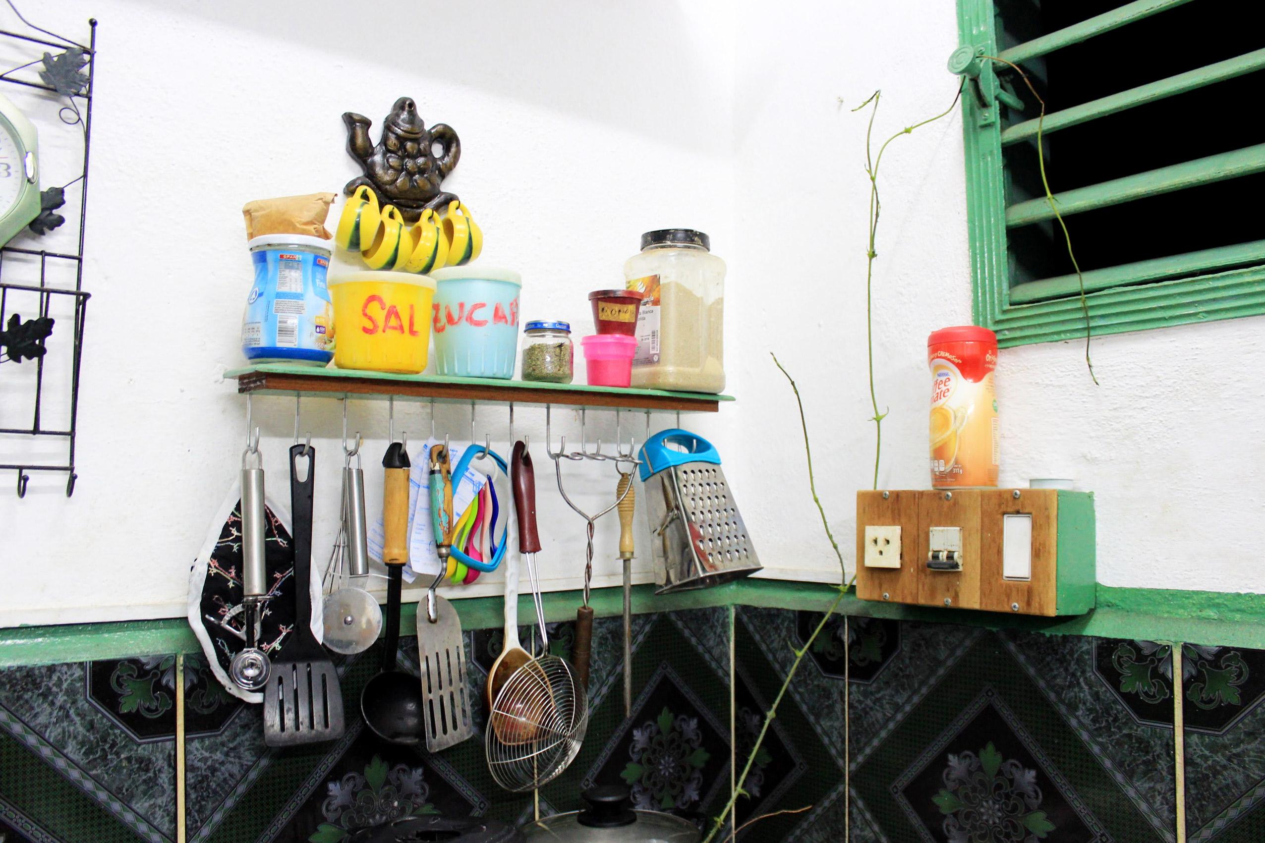 キューバの台所。DIYで作った棚。