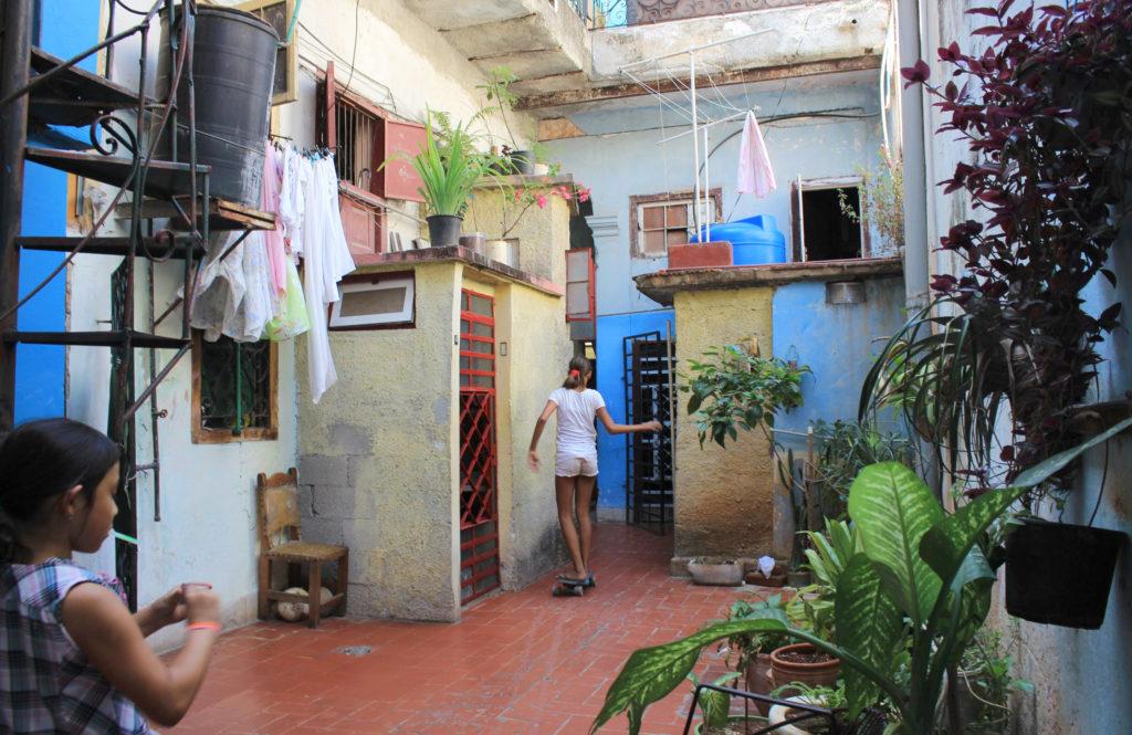 キューバの集合住宅の中庭