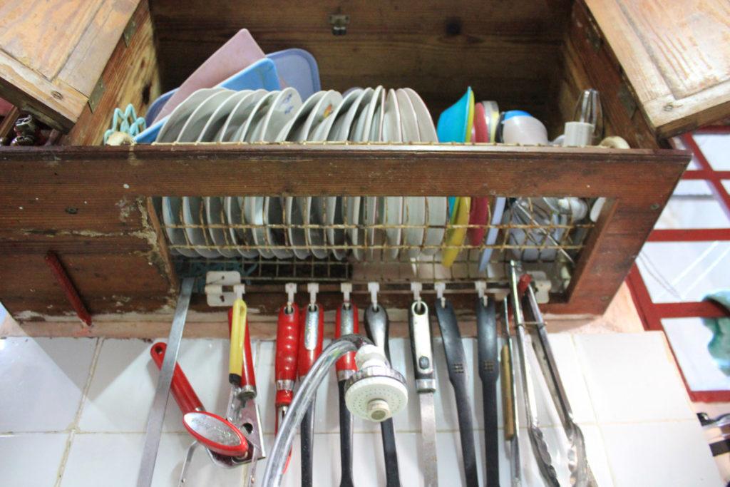 キューバの①調理器具の収納場所、②食器類の収納場所、③水切りかごの3つの機能を持つ非常に合理的な作りの棚