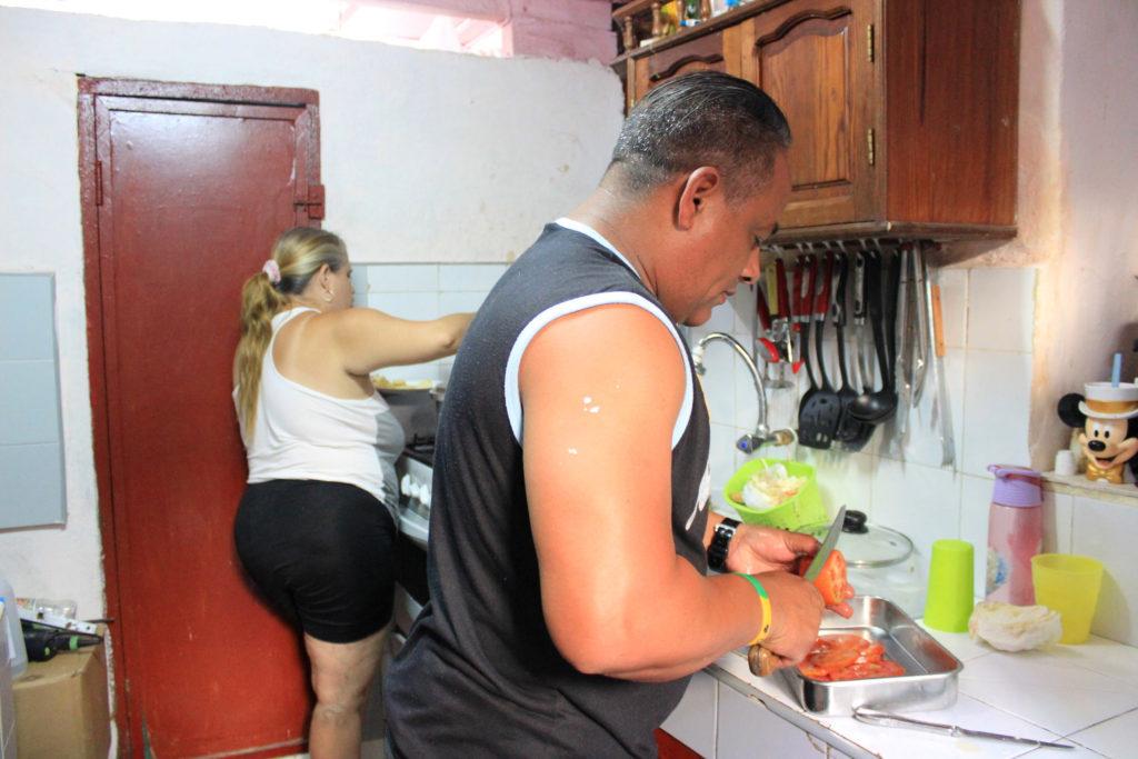 キューバ人の夫婦で立つ台所風景