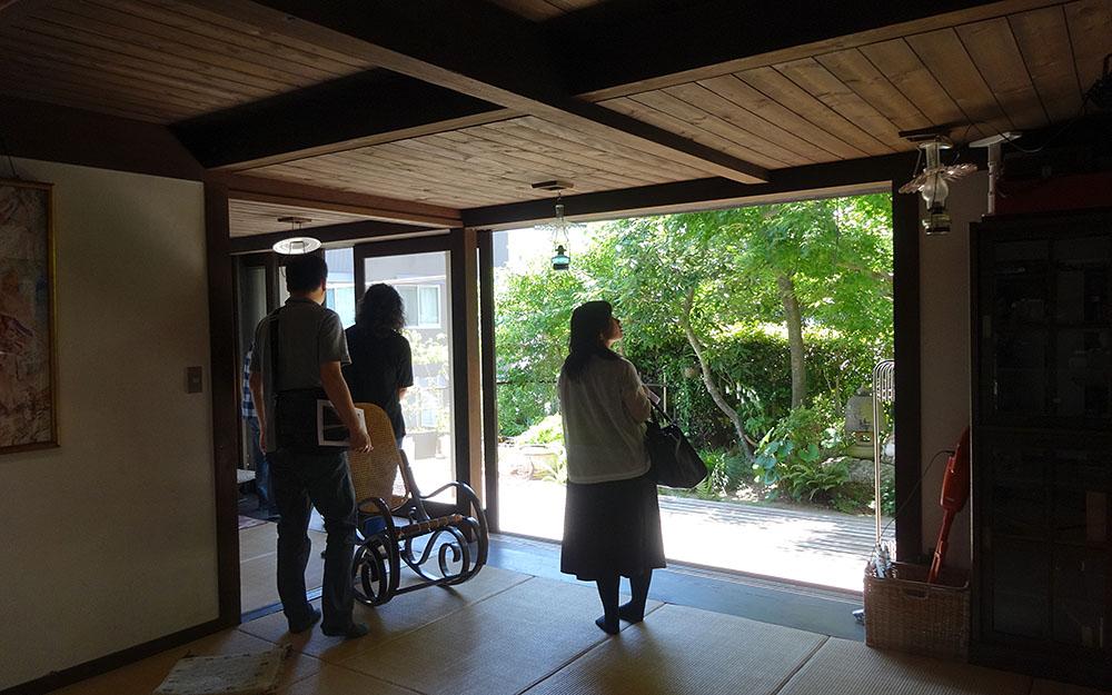 畳敷きの居間から、濡縁を挟んで緑の庭へと続く、大きな開口