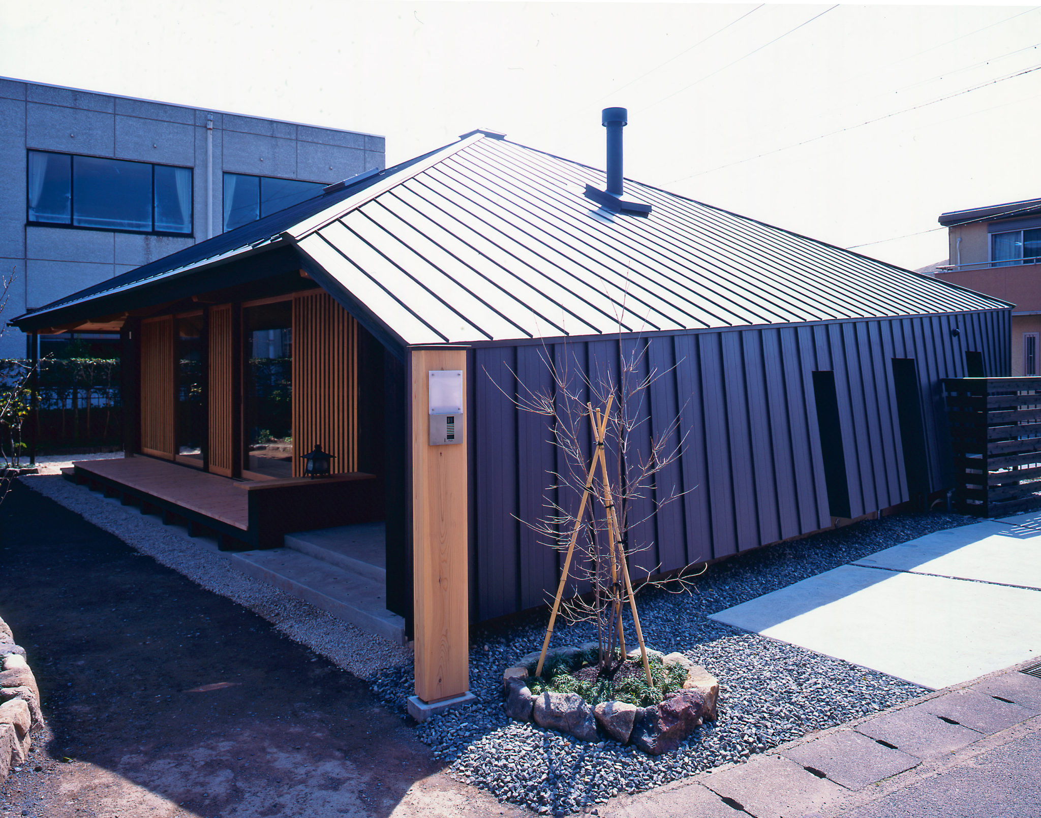 Ms建築設計事務所の変形屋根の傘の家の西側からの外観