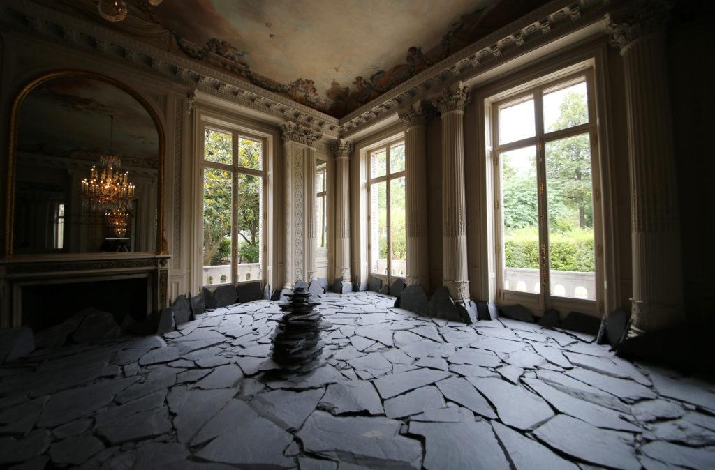 ロスチャイルド館の「深みへ‐日本の美意識を求めて‐」展の一部Lee Ufanの作品