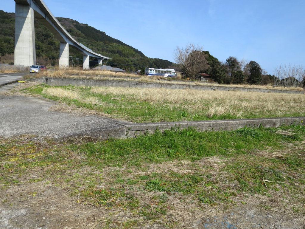 大分県ののどかな橋脚の下
