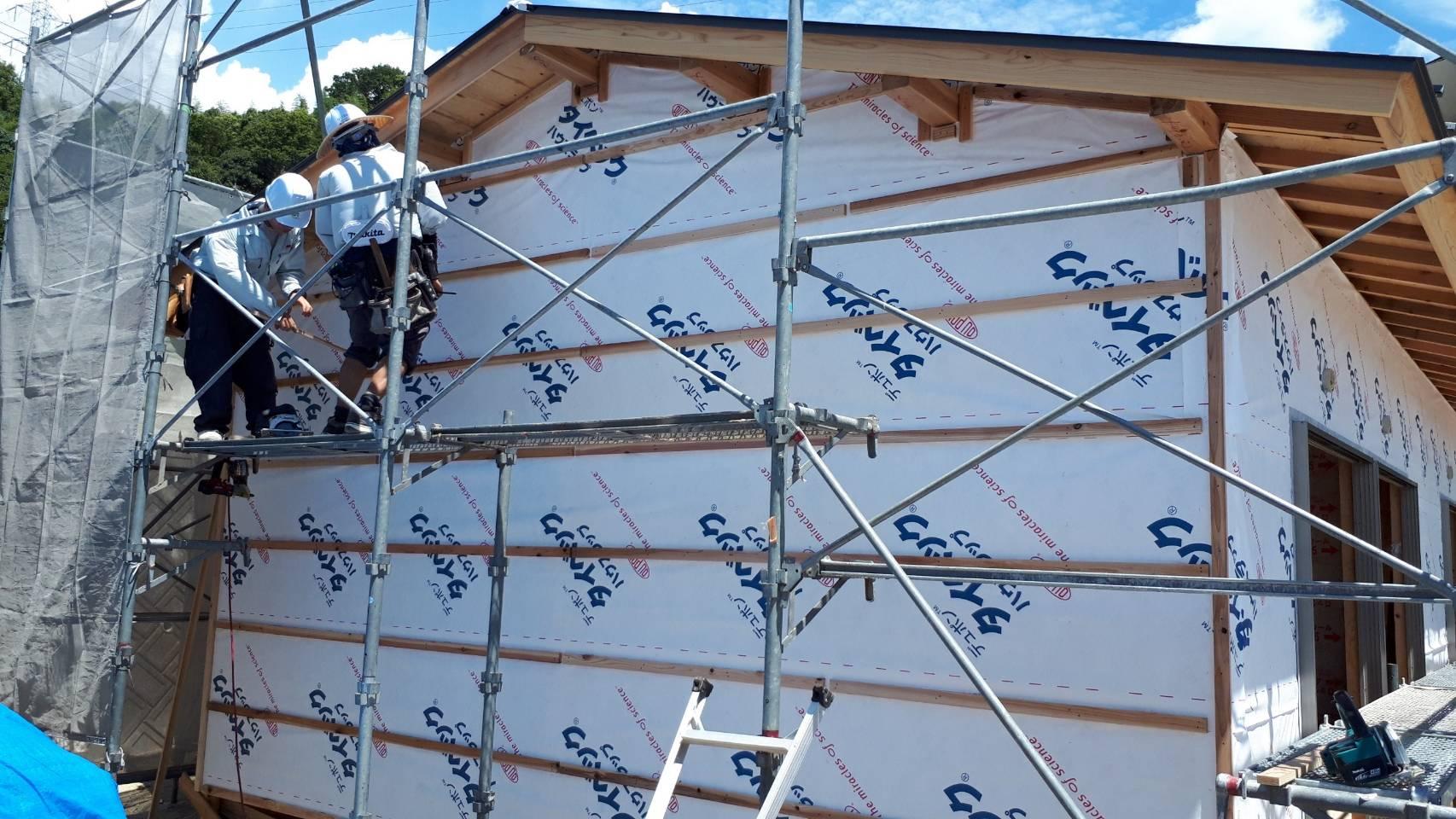 外壁工事中の木造住宅