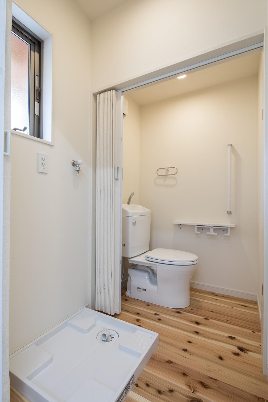 トイレも無垢の床材