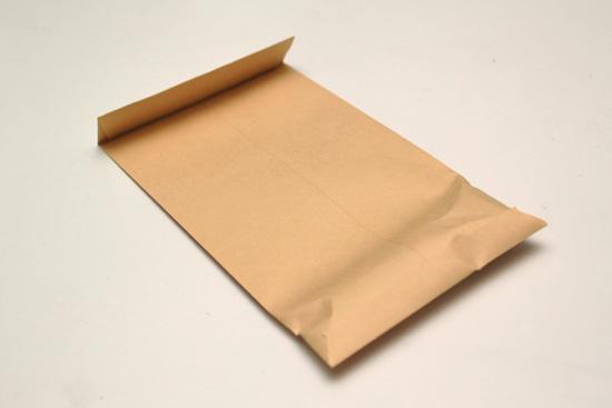 銀杏を封筒に入れます。