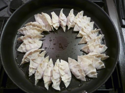 円形に並べて焼く浜松餃子
