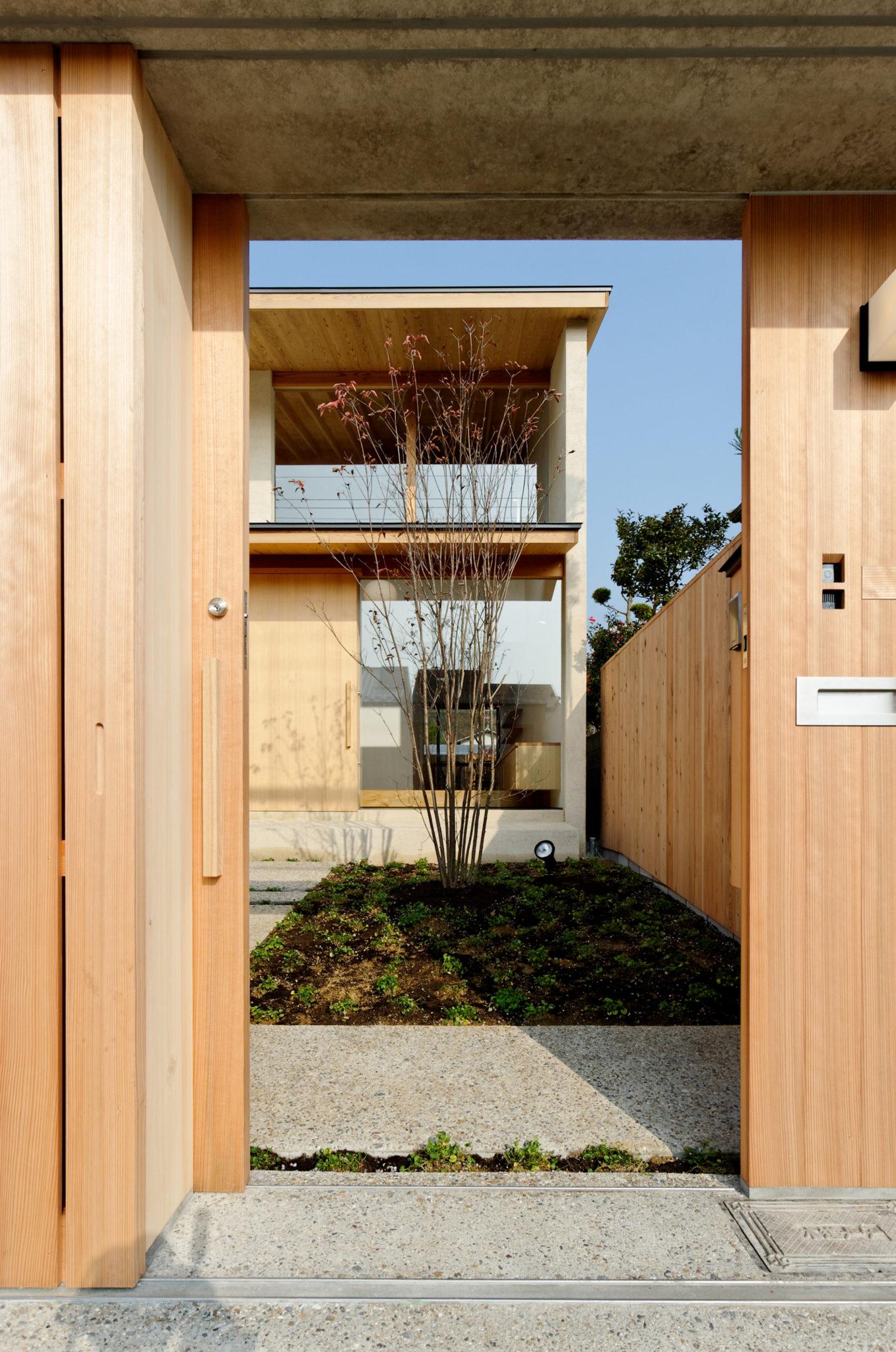 植栽と門でプライバシーを確保できる北山の家入り口