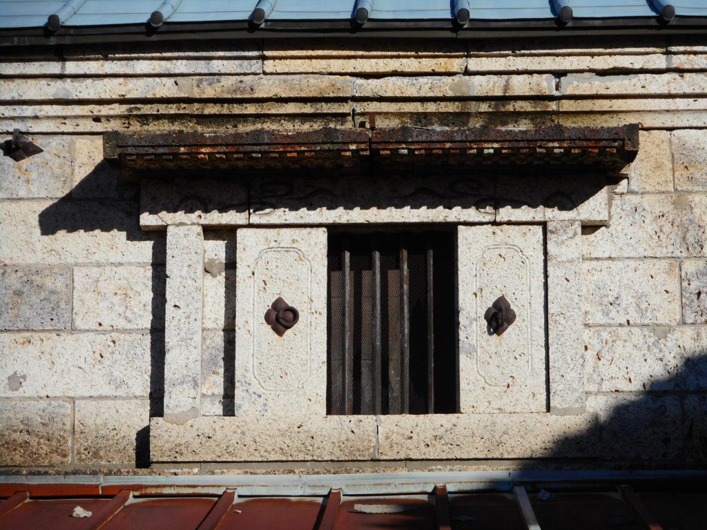 大谷石で作られた建築の窓