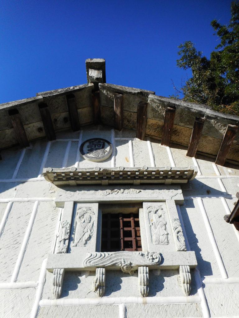 徳次郎石の窓廻り装飾と漆喰の海鼠壁風のパターン