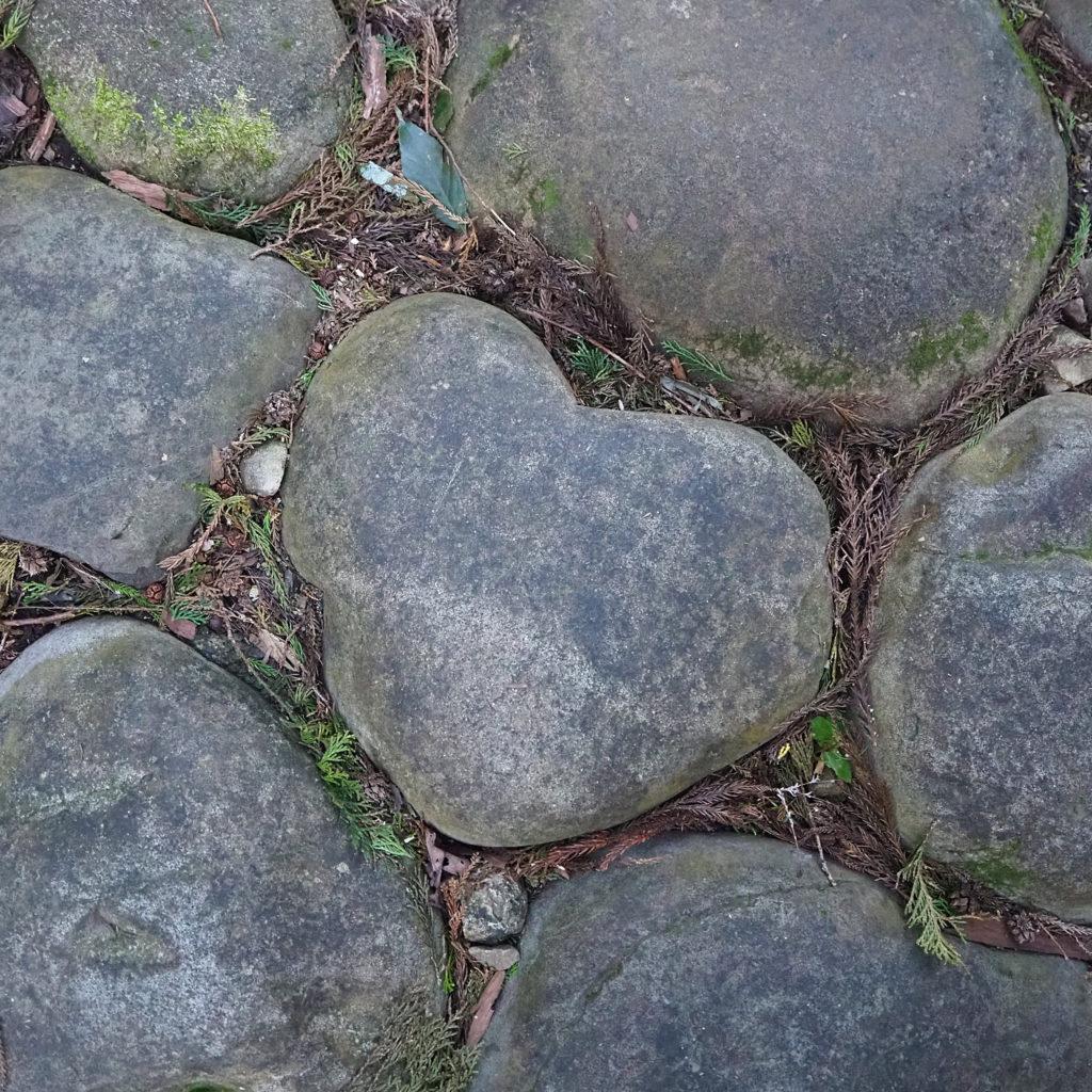 旧東海道金谷坂石畳のハートの石
