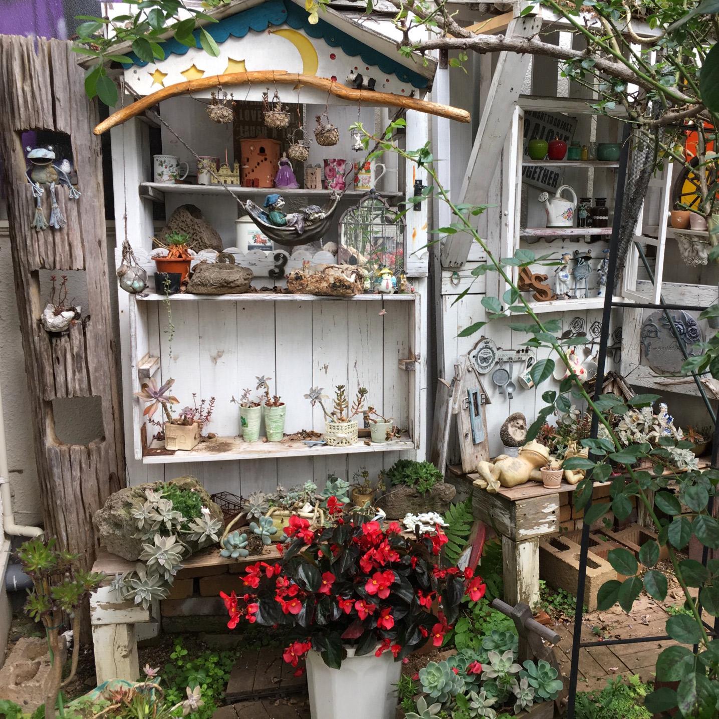 可愛い置物がいっぱいの庭