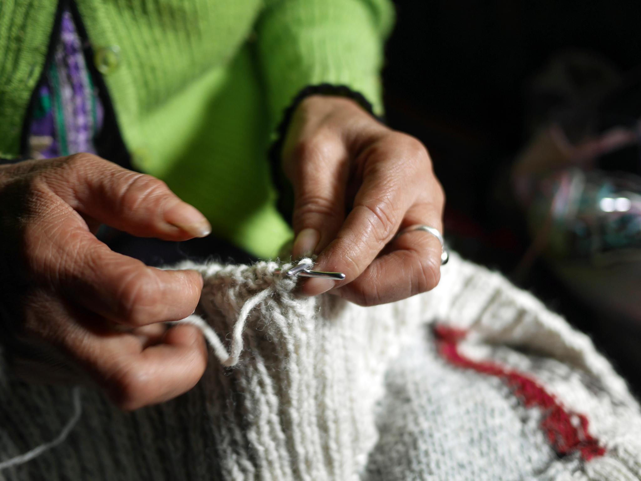 織物をする手