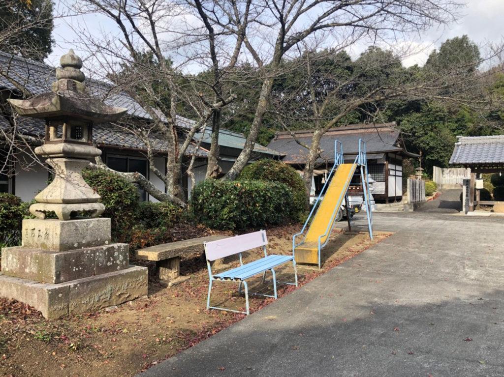 生目神社の遊具とベンチ
