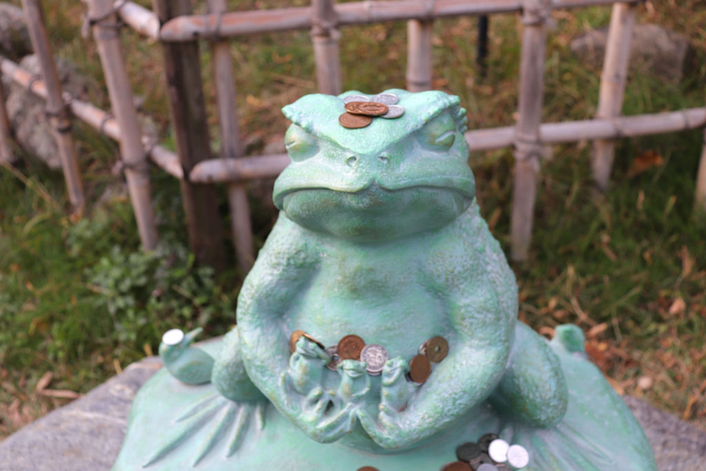 出雲大社のカエルの像にお賽銭