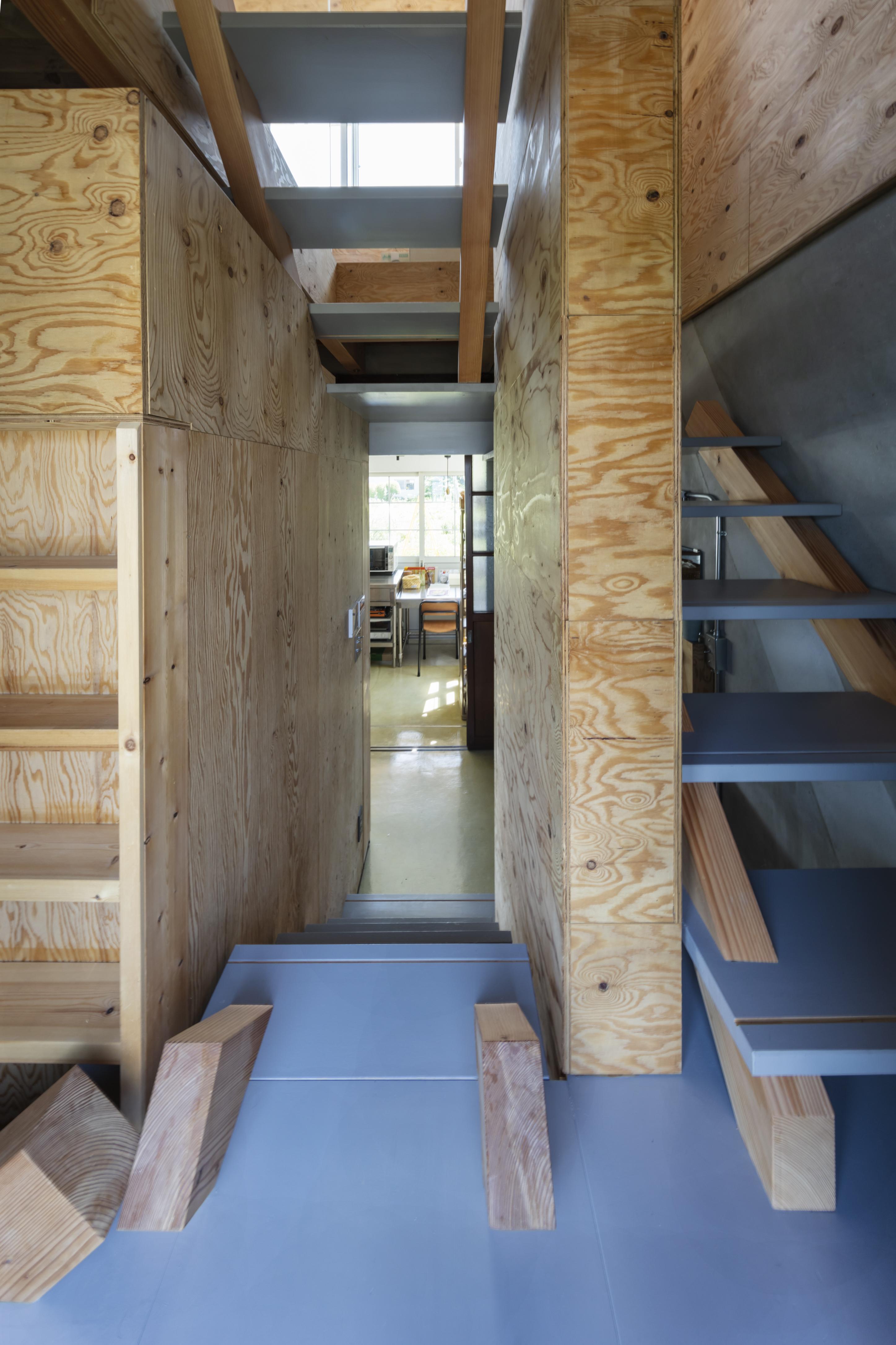 青い床板の階段
