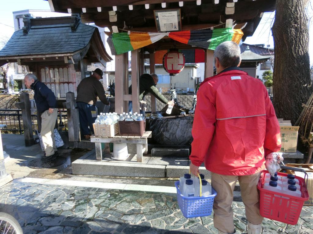 富山の名水100選の延命地蔵の水をタンクに汲む
