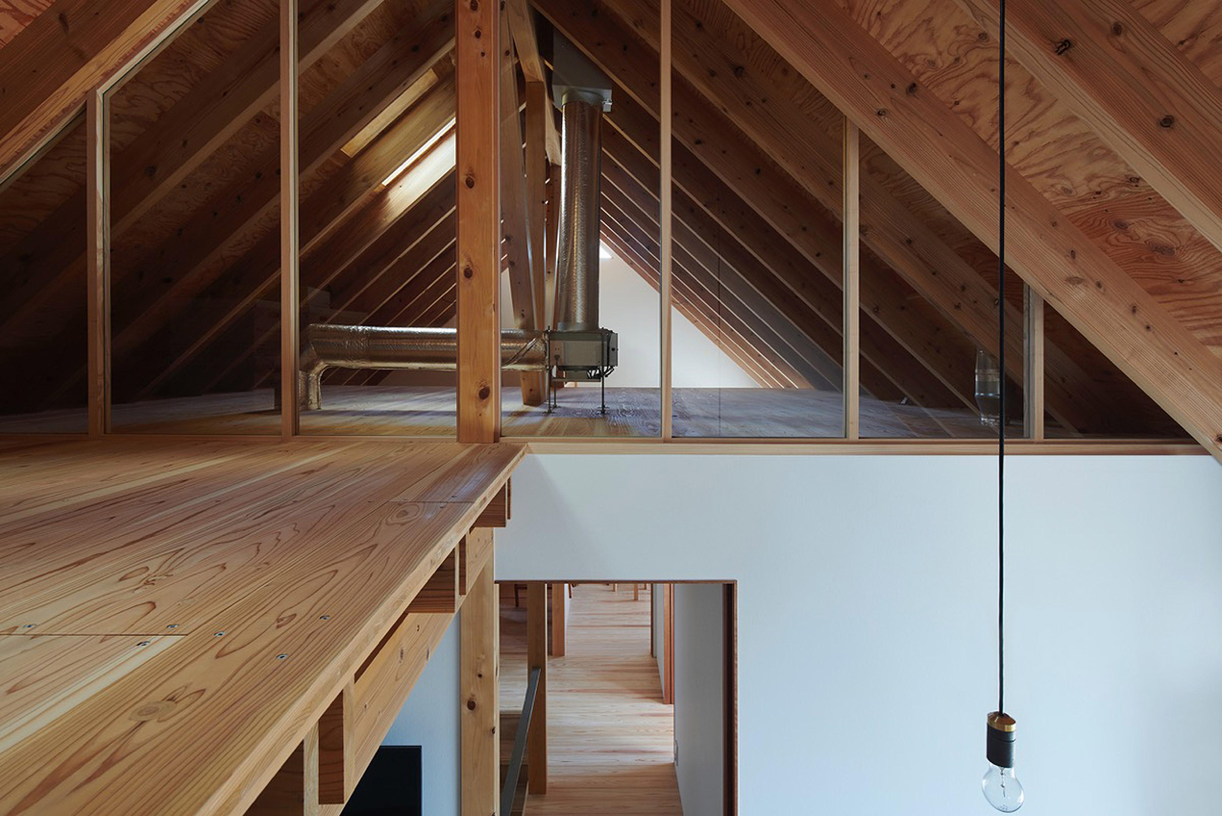 太陽熱で空気をあたため暖房・換気するびおソーラー搭載の屋根裏
