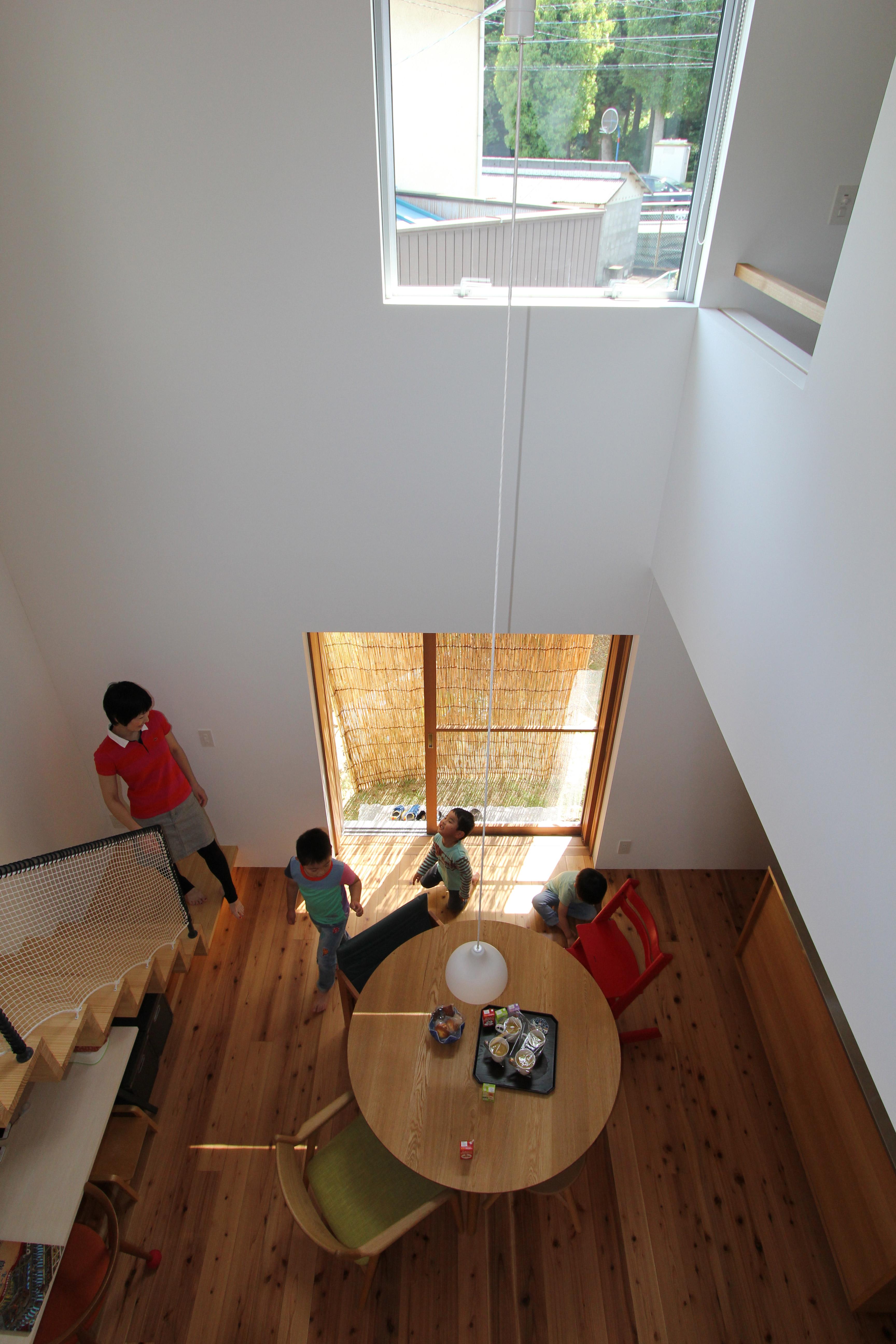 amp/アンプ建築設計事務所イエニワハナレの吹き抜けを上から見た所