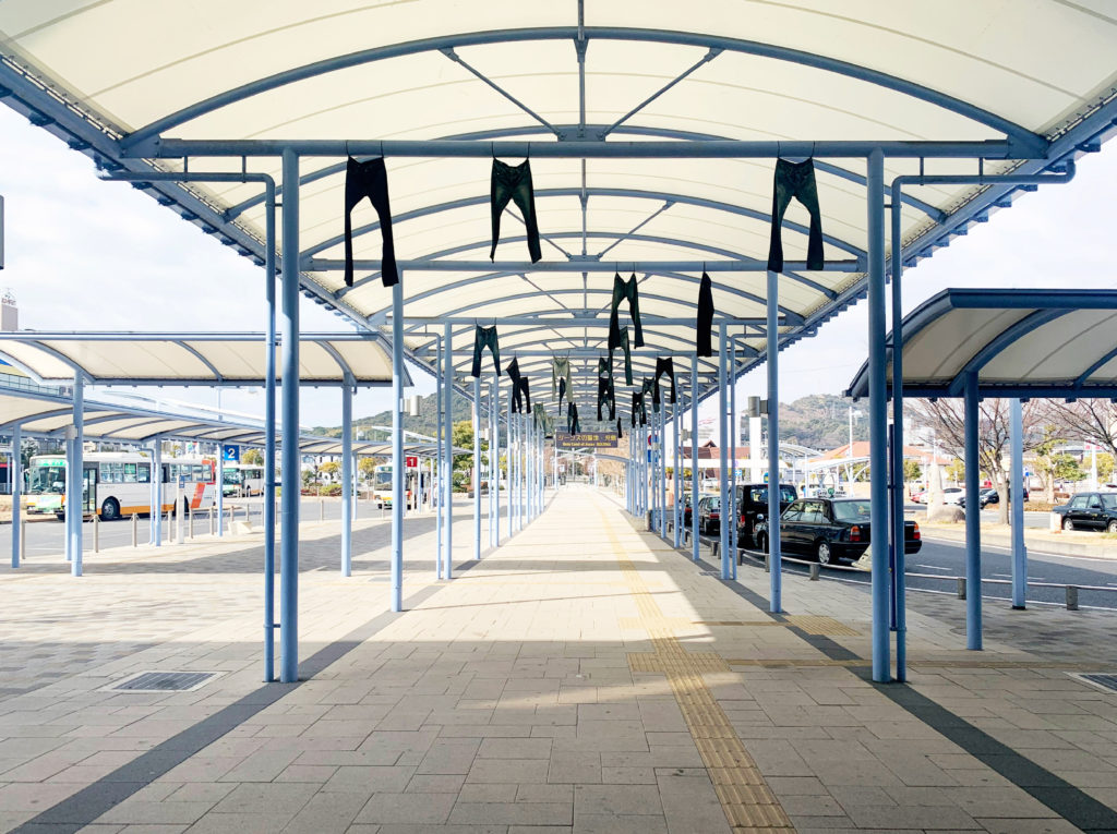 倉敷市児島駅出口のターミナルにはジーンズが干されている