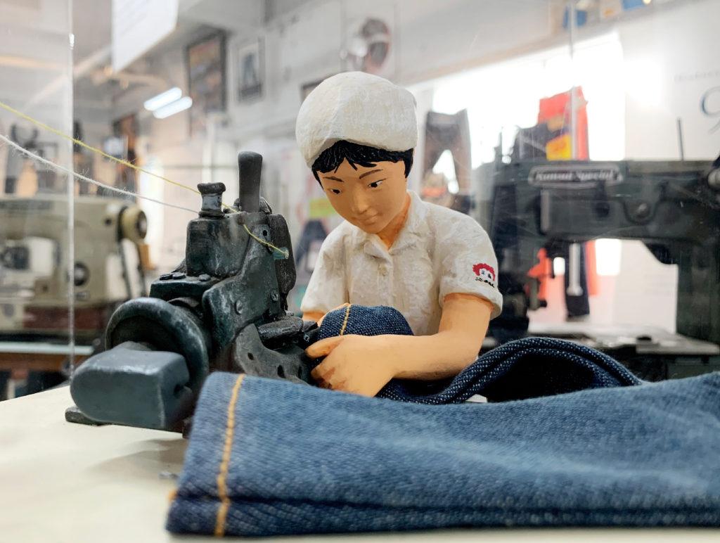 ジーンズミュージアムでデニムの出来る様子を再現した人形