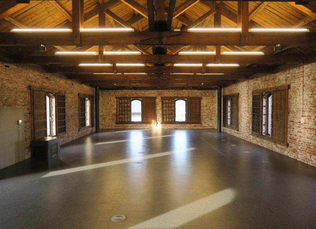 旧本庄商業銀行煉瓦倉庫の木骨トラスの大空間は貸しスペースになっている