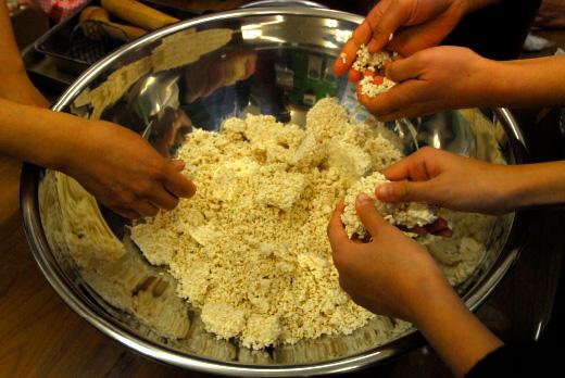 米麹を手でしっかりほぐす