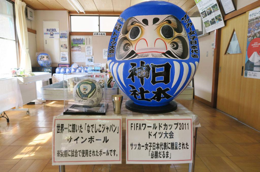 なでしこジャパンに贈呈された青い必勝だるま