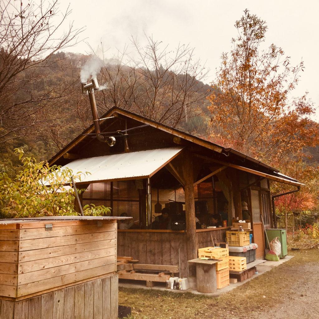 島根県鹿足郡吉賀町柿木村のはちみつ作りの作業小屋