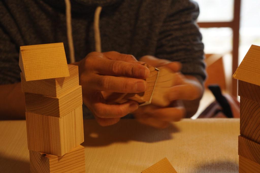 紙やすりで削って作る積み木