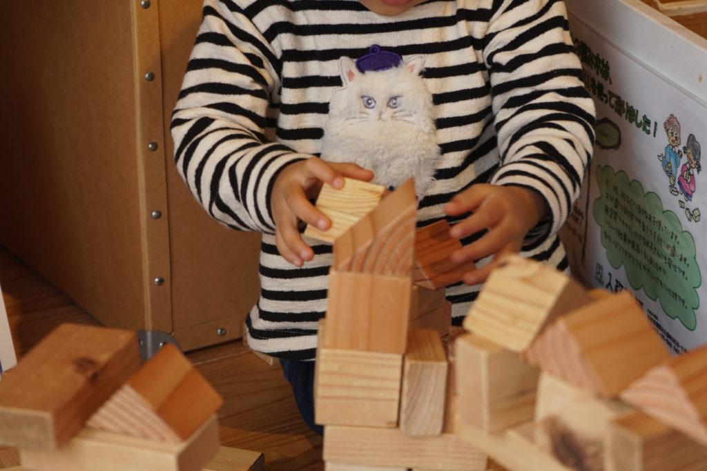 積み木遊びをする子ども