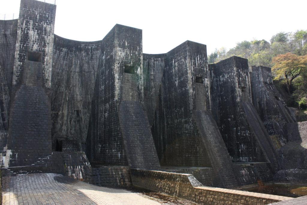 上を見上げるほどの大迫力の豊稔池ダム