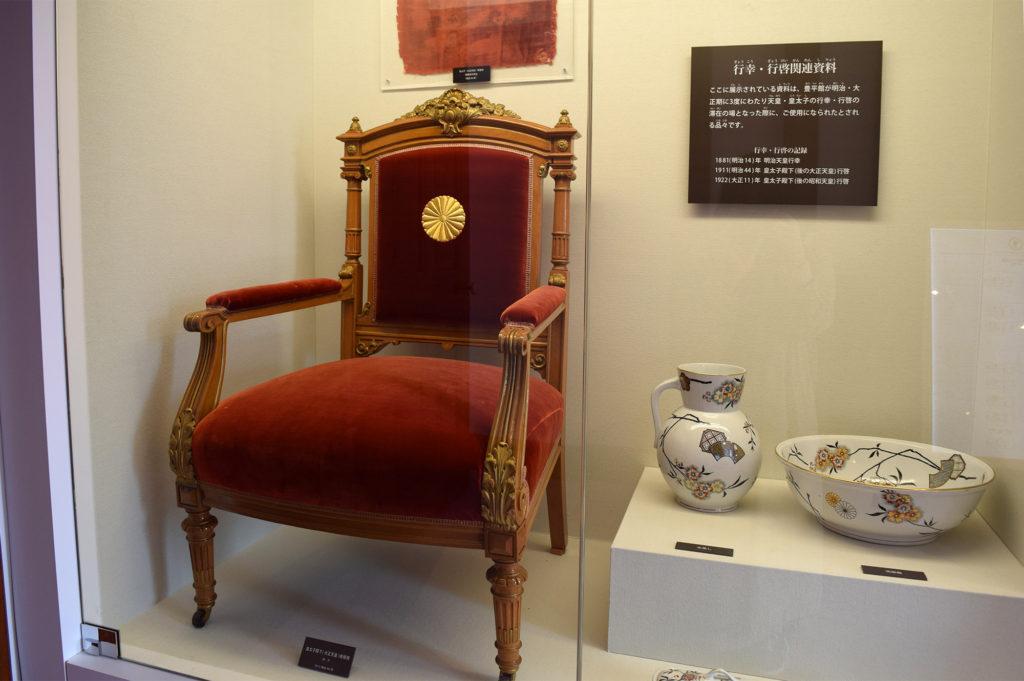 豊平館の行幸・行啓関連資料の御紋の付いた椅子と器