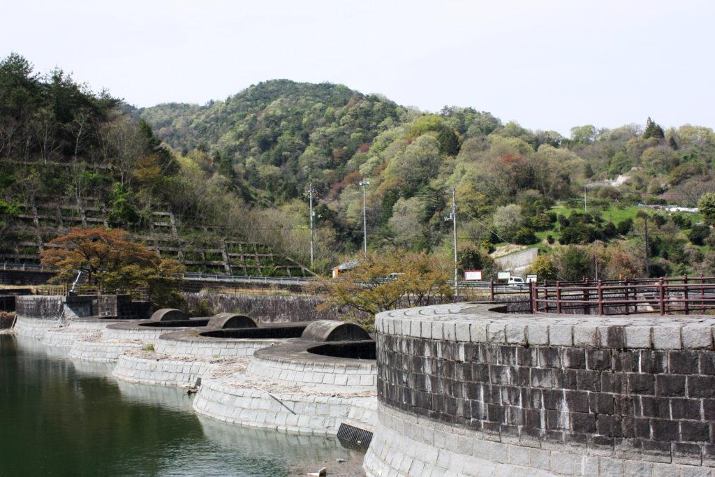 日本最古の石積式のマルチプルアーチダムの豊稔池ダム