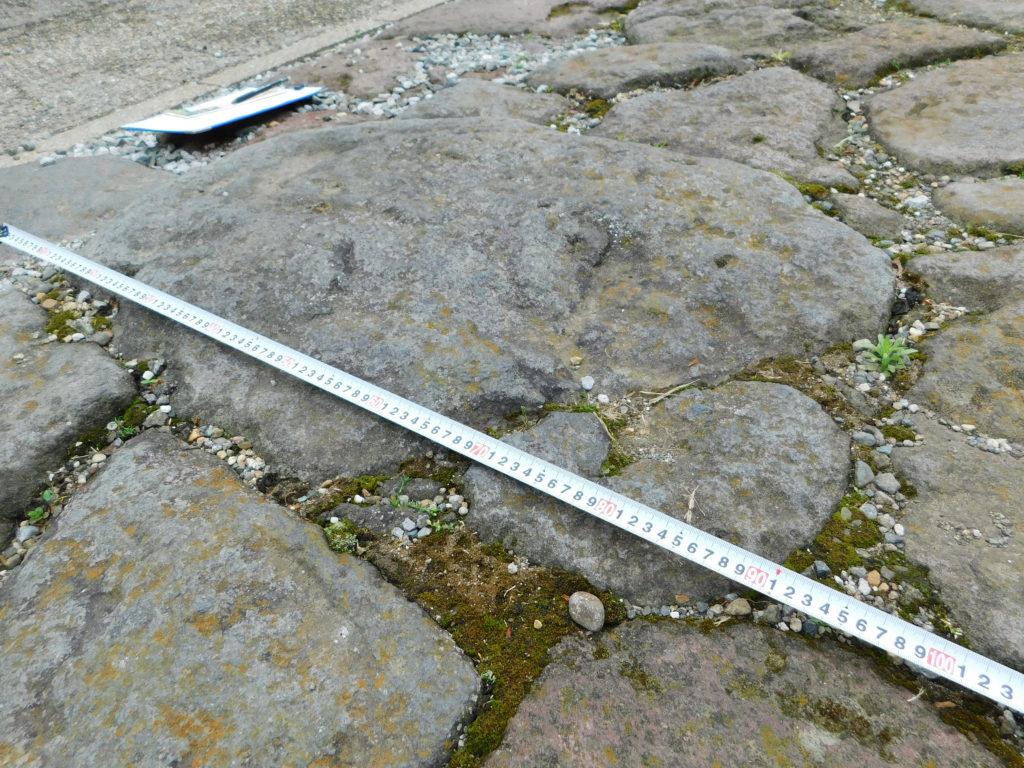 今市の石畳街道にある約90cmの大きな石