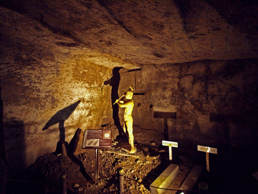 伊豆石を切り出す石切職人の像