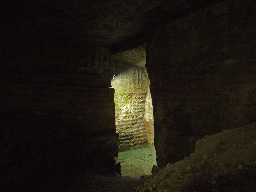 室岩洞の透明な水たまり
