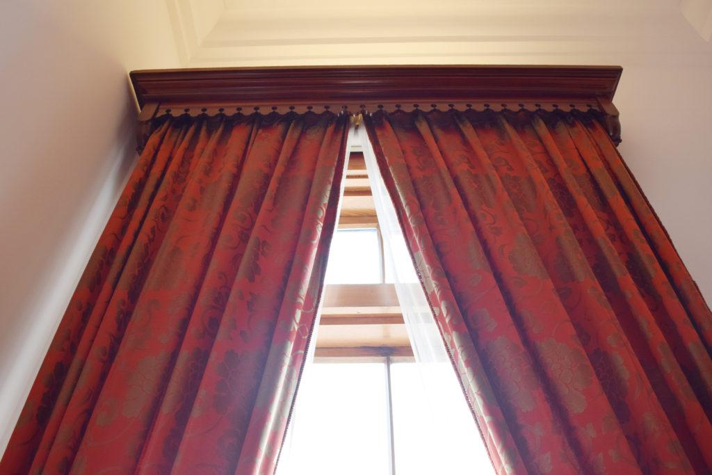 豊平館の重厚な西陣織のカーテン