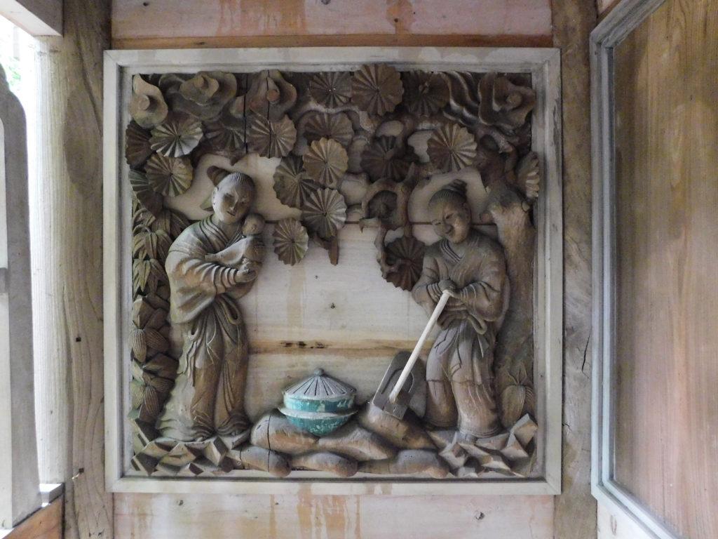 丸山八幡神社にある赤ちゃんとお母さんと農民の彫刻