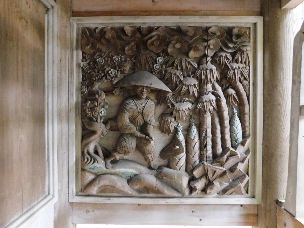 丸山八幡神社のタケノコと人の彫刻