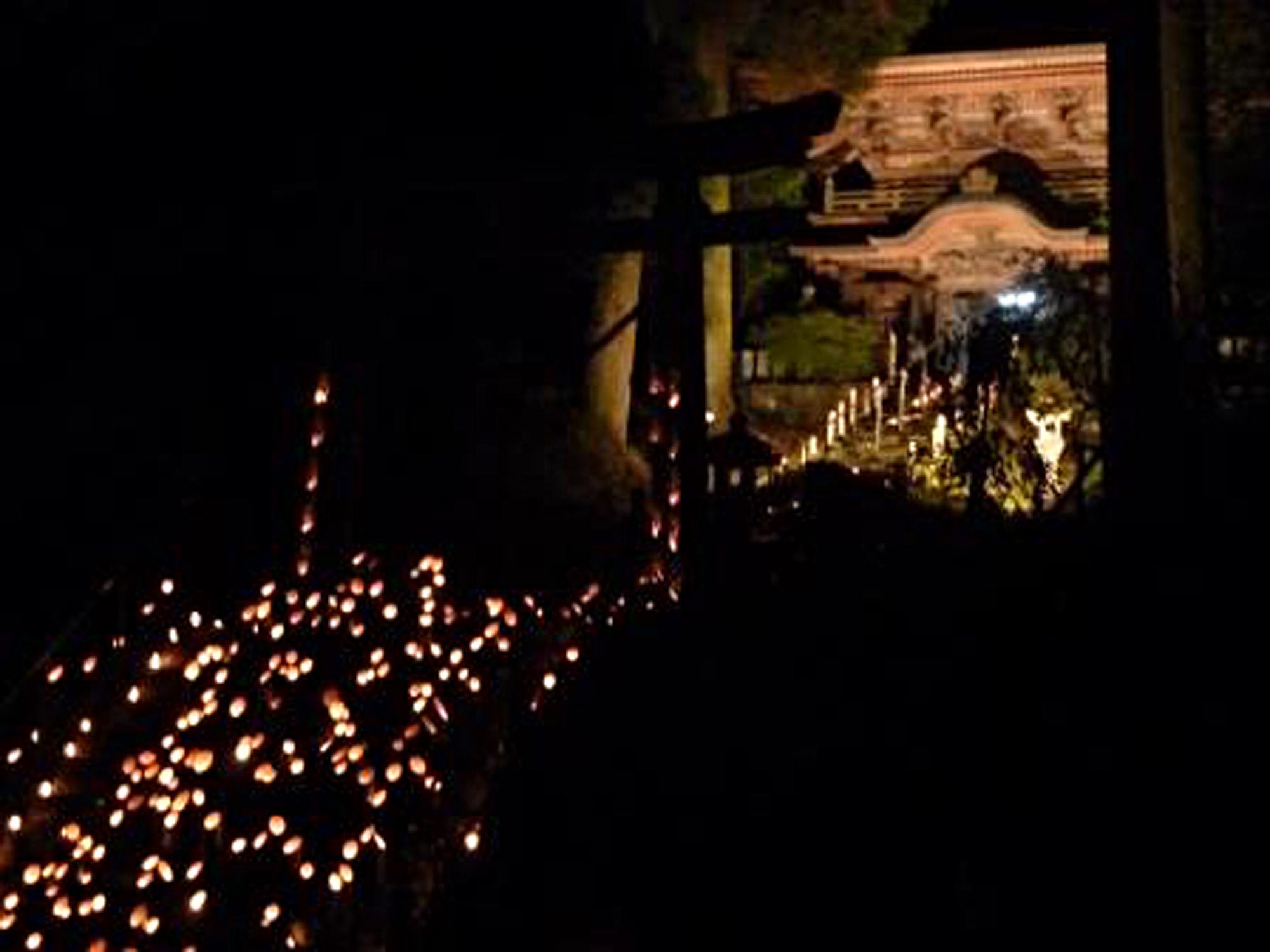 大分丸山八幡神社の竹灯篭の様子